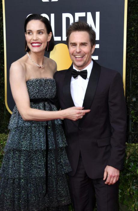 Sam Rockwell y Leslie Bibbabrazados en los globos de oro 2020