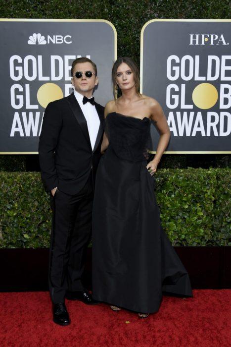Taron Egerton y Emily Thomasabrazados durante los globos de oro 2020