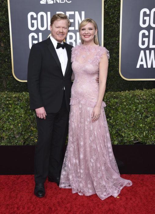 Kirsten Dunst y Jesse Plemonsabrazados durante la alfombra roja de los Globos de Oro 2020