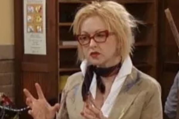 Cindy Lauper Interpretó a la Sra. Petuto, profesora de arte callejero en Es tan Raven.