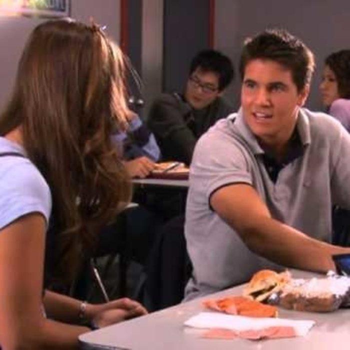 Robbie Amell Interpretó a Max, el novio de Casey en Mi vida con Derek.