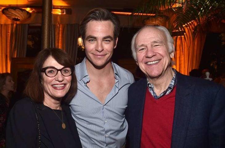 Chris Pine junto a sus padres Gwynne Gilford y Robert Pine