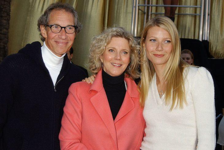 Gwyneth Paltrow junto a sus padres Blythe Danner y Bruce Paltrow.