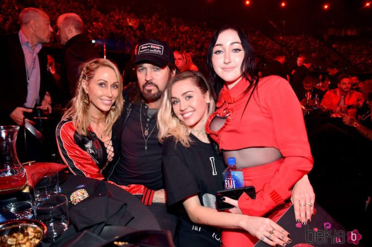 Noah y Miley Cyrus junto a su padre Billy Ray Cyrus