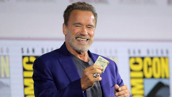 Arnold Schwarzenegger segurando um dólar em uma história em quadrinhos com