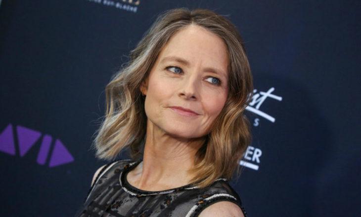 Jodie Foster em um tapete vermelho sorrindo
