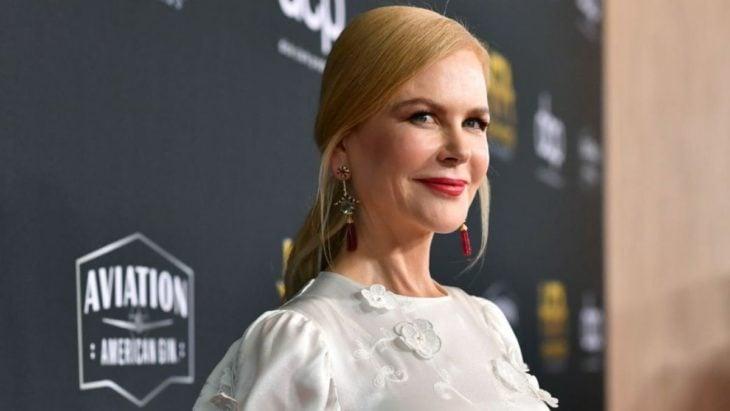 Nicole Kidman posando em um tapete vermelho