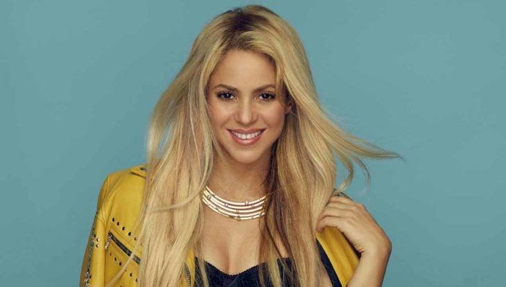 Shakira sorrindo para uma fotografia