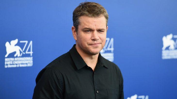 Matt Damon no tapete azul na estréia de 74