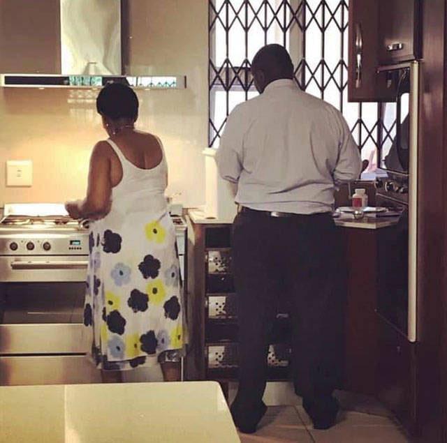 Pareja de adultos lavando platos en una cocina