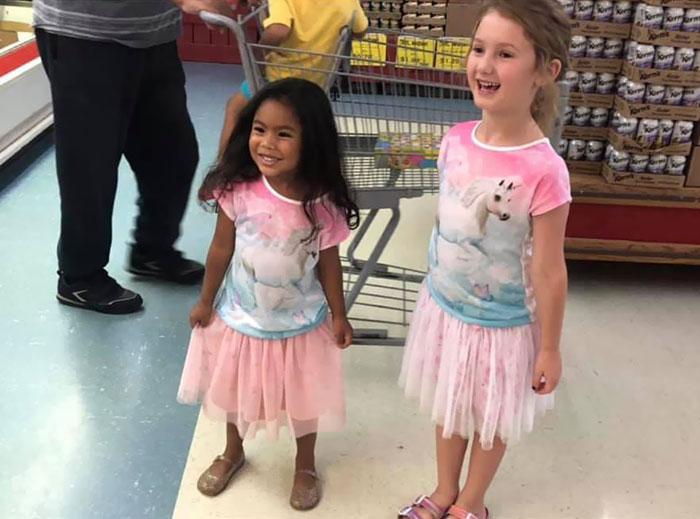 Niñas vestidas de manera similar con falda tutú rosa
