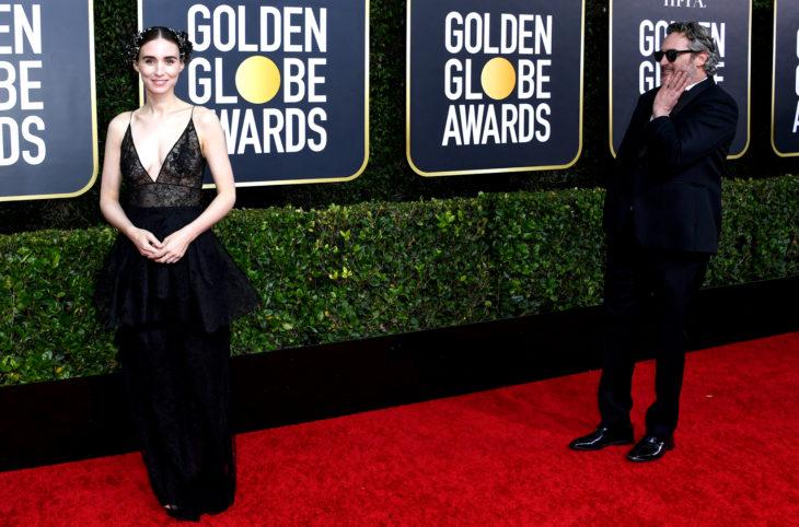 Los mejores momentos de los Golden Globes 2020; Joaquín Phoenix mirando enamorado a Rooney Mara en la alfombra roja