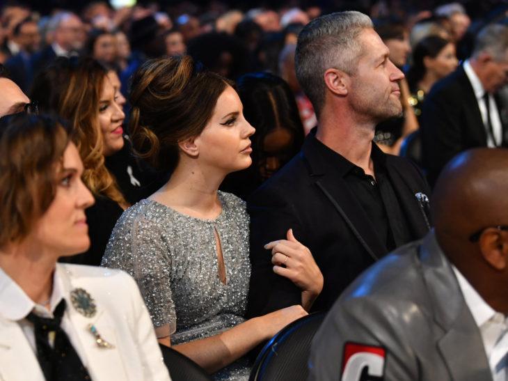 Mejores momentos de los Grammy 2020; Lana del Rey con vestido gris