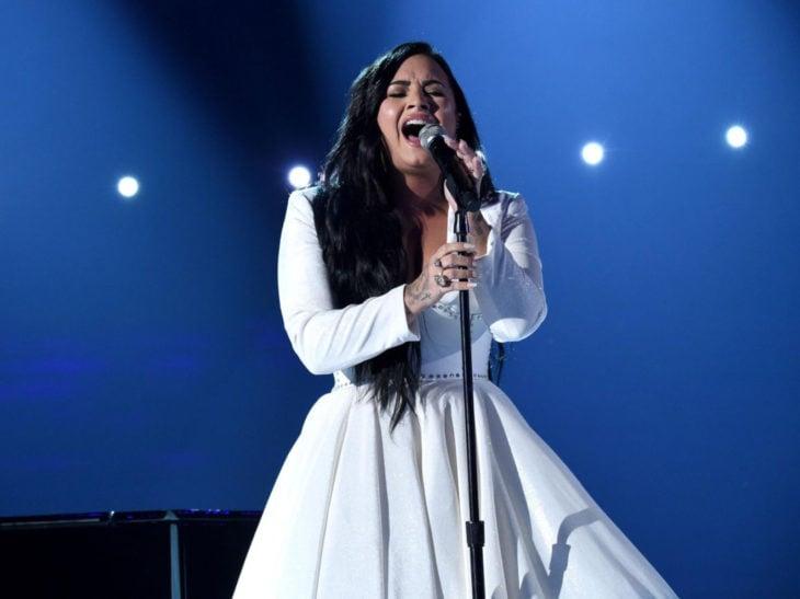 Mejores momentos de los Grammy 2020; Demi Lovato canta Anyone con vestido blanco