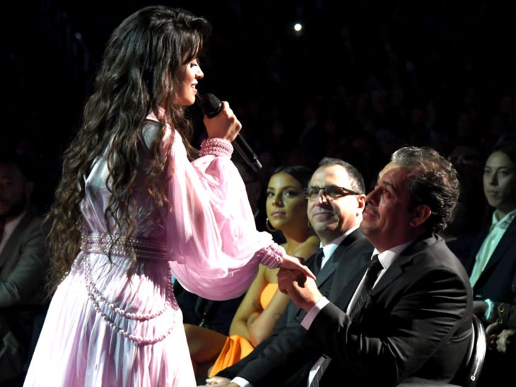 Mejores momentos de los Grammy 2020; Camila Cabello le canta a su papá First man