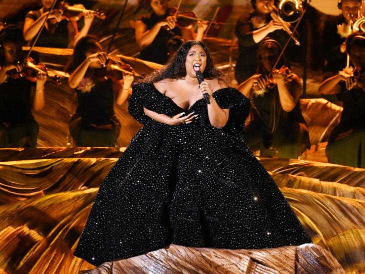 Mejores momentos de los Grammy 2020; Lizzo con vestido negro de princesa
