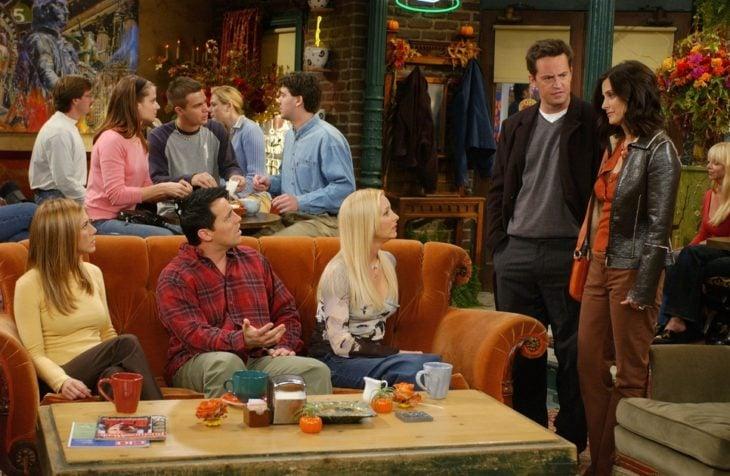 Escena de la serie Friends en la que platican y se muestran sorprendidos