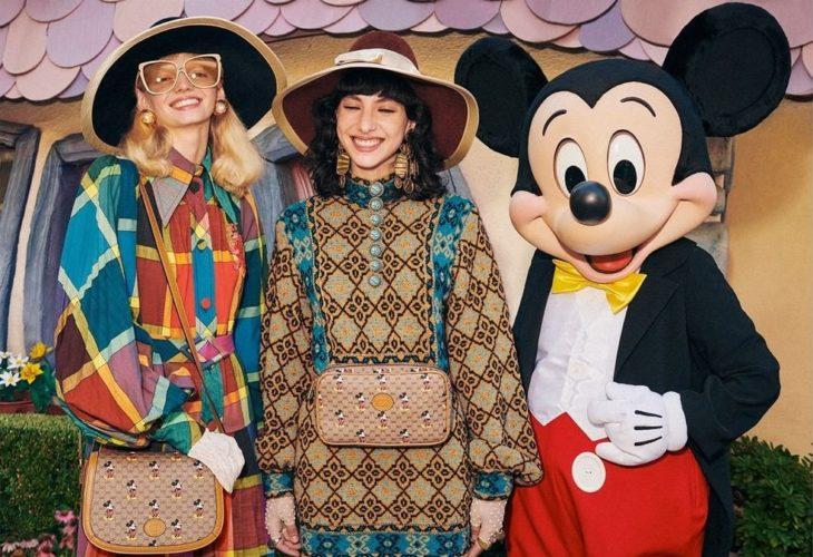 Chicas modelando junto a Mickey Mouse en la nueva colección de Gucci