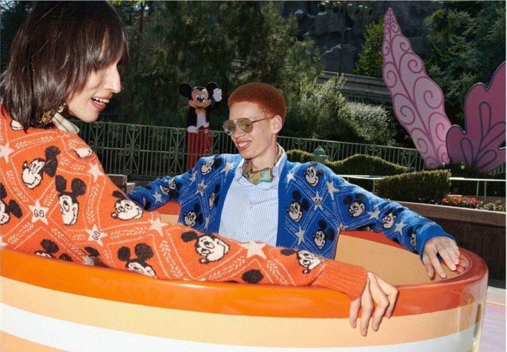 Par de chicos dentro de unas tazas locas modelando para la colección Gucci x Mickey Mouse
