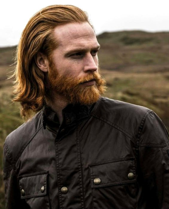 Mujeres prefieren a hombres con barba, tatuados y con panza; chico de cabello largo, pelirrojo, barba y bugote largos, con chamarra de cuero