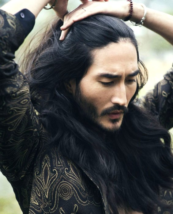 Mujeres prefieren a hombres con barba, tatuados y con panza; chico oriental, coreano de cabello negro, largo, ondulado, con barba y bigote