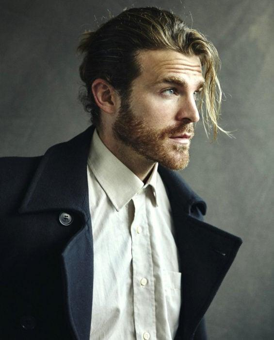 Mujeres prefieren a hombres con barba, tatuados y con panza; chico de cabello largo y rubio, peinado con un bun man, barba y ojos azules