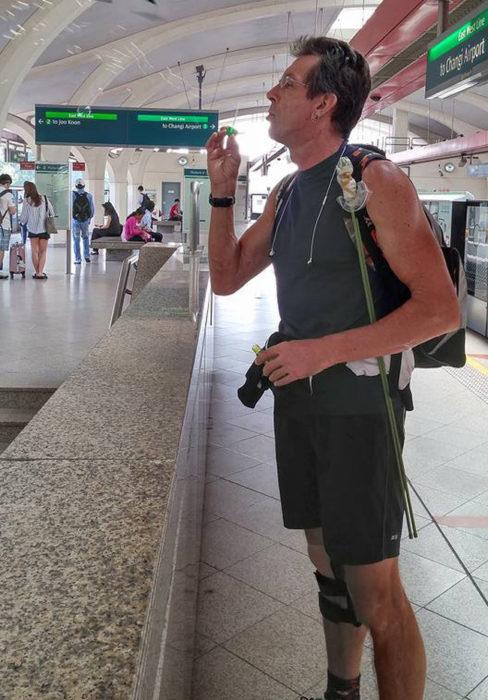 Chico haciendo burbujas en una estación de tren