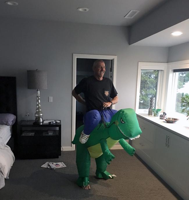 Chico vestido con un traje de dinosaurio