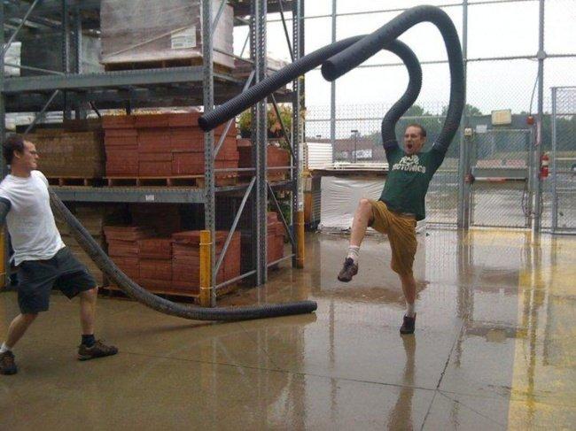 Chicos con tubos de espuma jugando en una construcción
