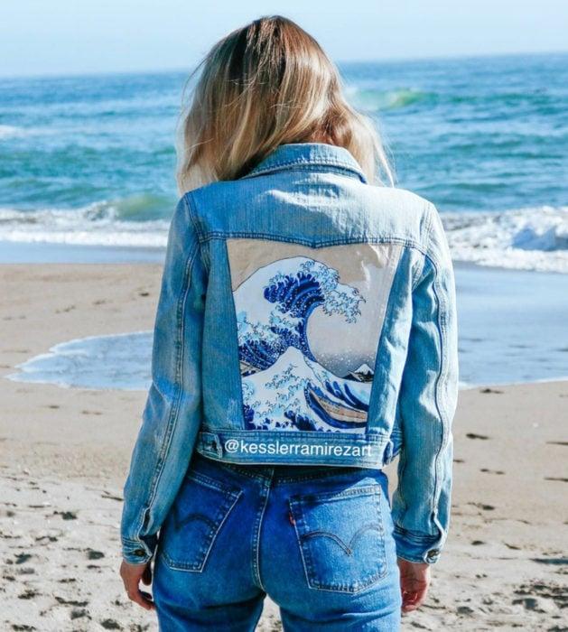 Jeans pintados con obras de arte por Kessler Ramirez; La gran ola de Kanagawa, Katsushika Hokusai