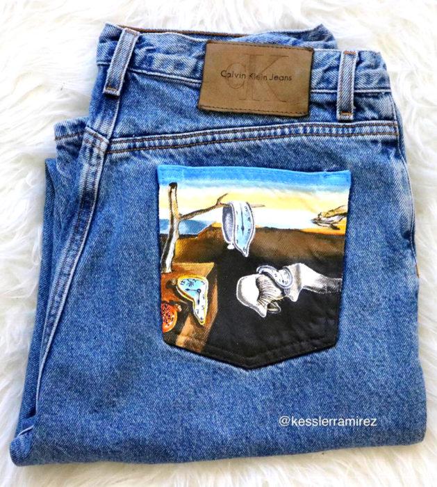 Jeans pintados con obras de arte por Kessler Ramirez; La persistencia de la memoria, Salvador Dalí