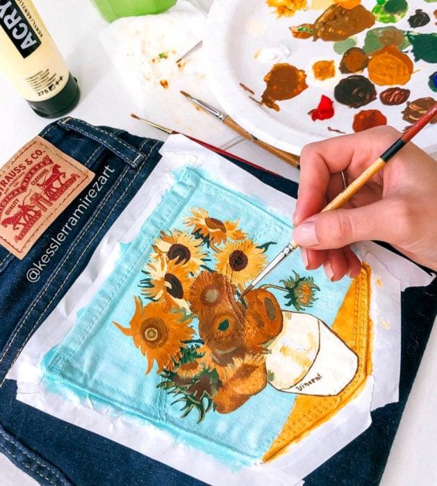 Jeans pintados con obras de arte por Kessler Ramirez; Girasoles, Vincent Van Gogh