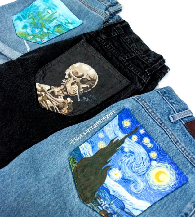 Jeans pintados con obras de arte por Kessler Ramirez; Cabeza de esqueleto con cigarro, La noche estrellada, Vinvent Van Gogh, Nenúfares, Claude Monet