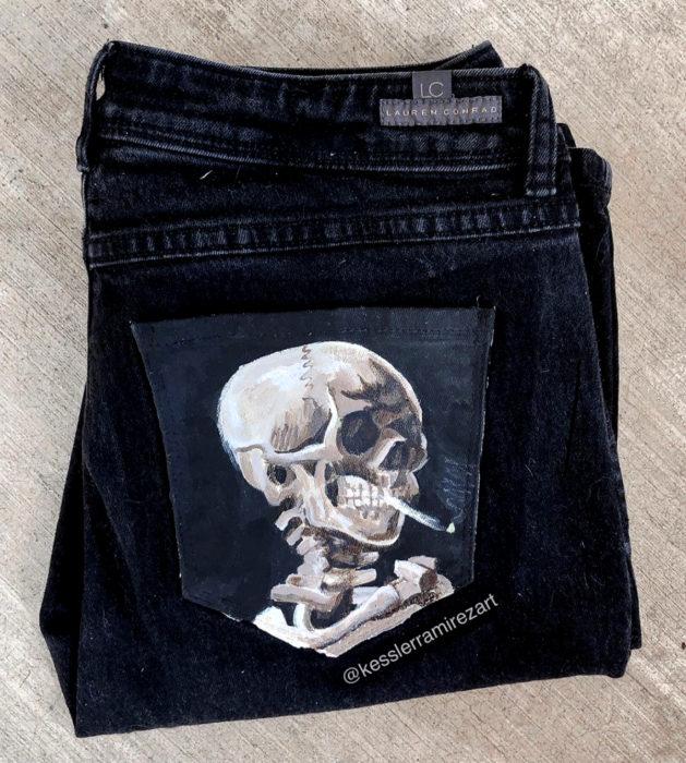 Jeans pintados con obras de arte por Kessler Ramirez; Cabeza de esqueleto con cigarro, Vincent Van Gogh