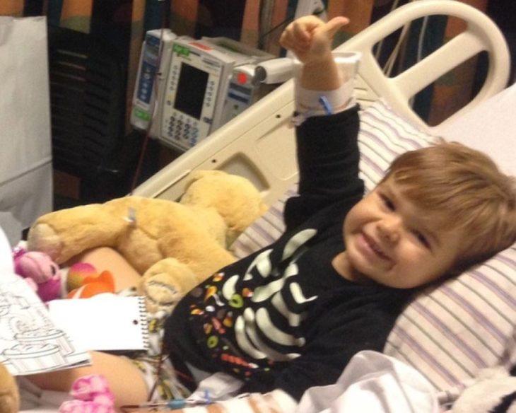 John Oliver Zippay recostado en una cama de hospital recibiendo tratamiento medico