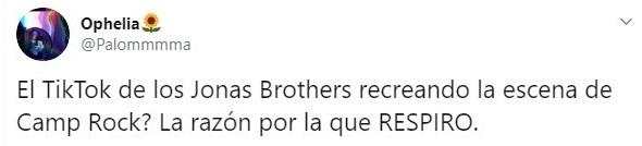 Tuit sobre los JOnas Brothers recreando una escena de Camp Rock
