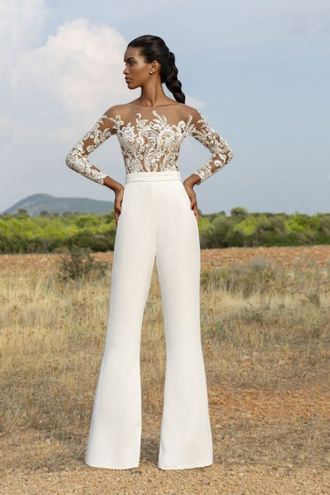 Chica usando un jumpsuit de color blanco con encaje blanco en la parte superior