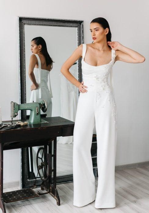 Chica usando un jumpsuit de color blanco