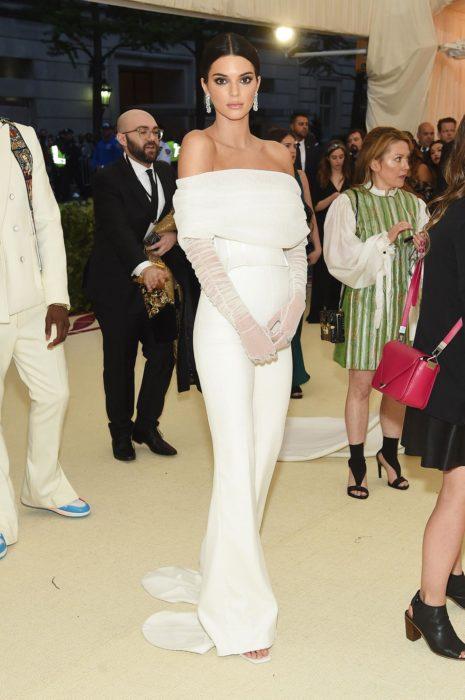 Kendall Jenner usando un jumpsuit de color blanco con mangas de tul