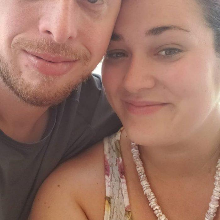 Pareja de esposas recargados para una selfie