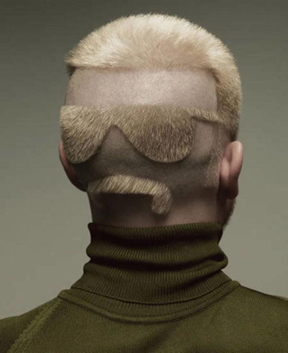 Hombr econ corte de cabello en forma de lentes y bigote en la nuca