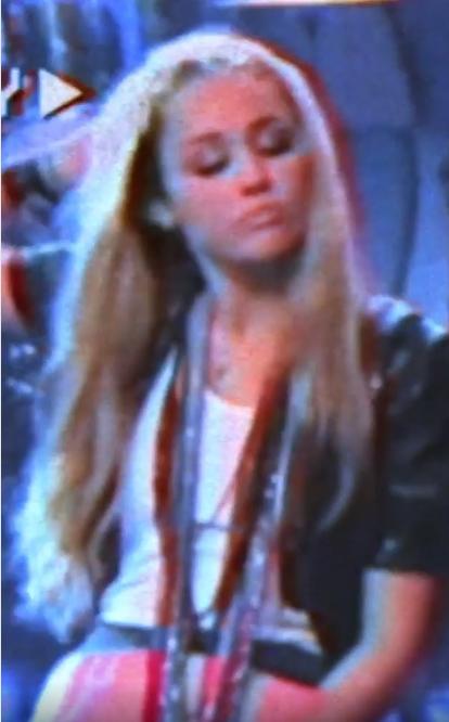 Miley Cyrus quitándose la peluca de Hannah Montana