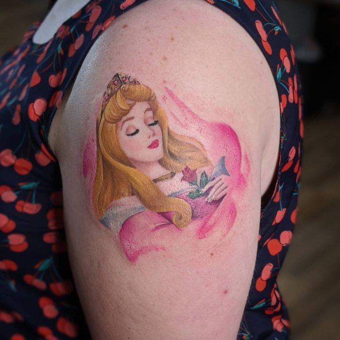 Tatuaje en brazo inspirado en Aurora, Bella Durmiente, Disney
