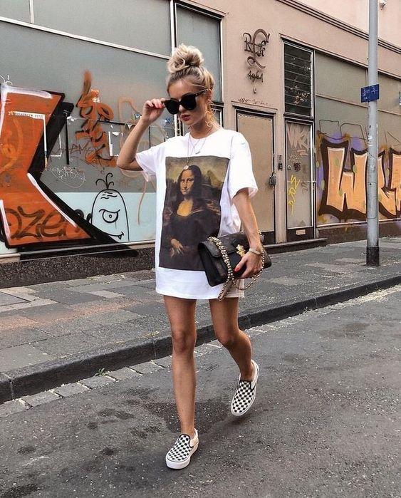 Chica con camisa amplia blanca y estampada como vestido