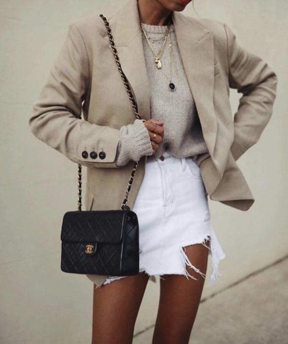 Chica con blazer beige amplio y falda blanca