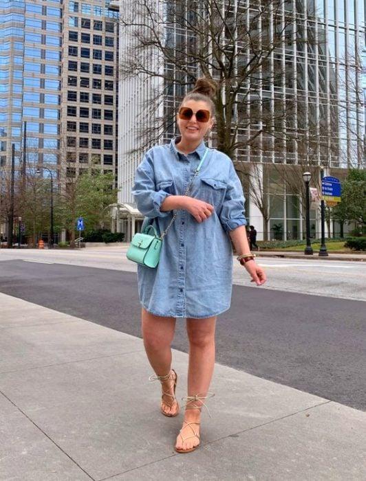Chica con camisa de mezclilla amplia como vestido