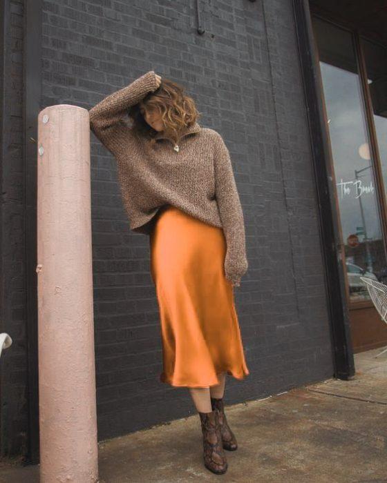 Chica con pantalones anchoes en naranja vibrante
