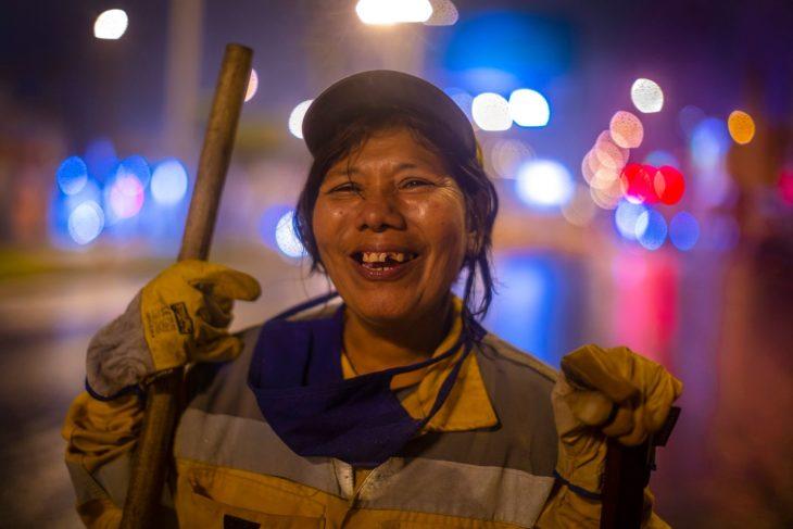 Mujer peruana barre calles de madrugada para que su hija vaya a la universidad