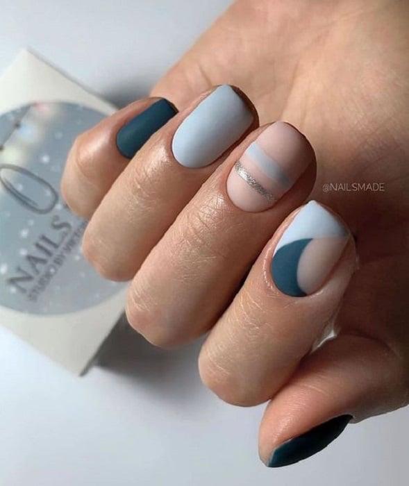 Manicura en tonalidades azules en efecto mate