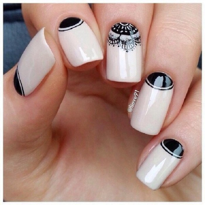 Manicura en tono beige con detalles y pequeño mandala en negro